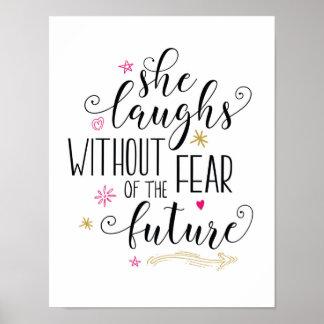 Sie lacht ohne Furcht vor dem zukünftigen Poster
