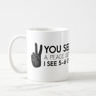 Sie sehen ein Friedenszeichen - Friedenszitate Kaffeetasse
