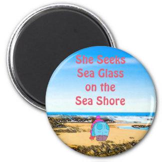 Sie sucht Seeglas auf dem Seeufer Runder Magnet 5,7 Cm