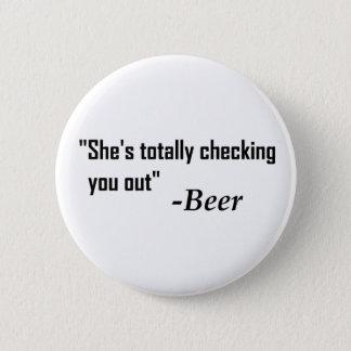 """""""Sie überprüft Sie total heraus"""" - Bier Runder Button 5,7 Cm"""