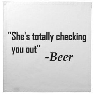 """""""Sie überprüft Sie total heraus"""" - Bier Stoffserviette"""
