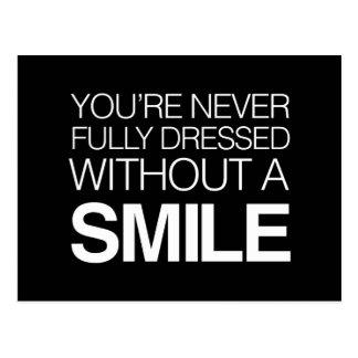Sie werden nie völlig ohne ein Lächeln gekleidet Postkarte