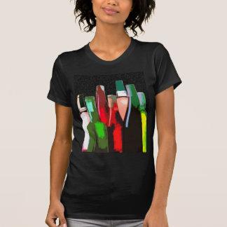 Sieben Flaschen Wein auf der Wand T-Shirts