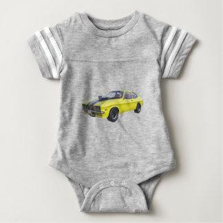 Siebzigerjahre Muskel-Auto im Gelb und im Baby Strampler