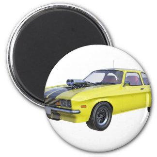 Siebzigerjahre Muskel-Auto im Gelb und im Runder Magnet 5,7 Cm