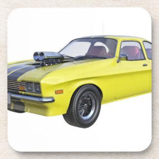 Siebzigerjahre Muskel-Auto im Gelb und im Untersetzer