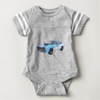 Siebzigerjahre Muskel-Auto in Blauem und in weißem Baby Strampler