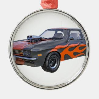 Siebzigerjahre Muskel-Auto in den orange Flammen Silbernes Ornament