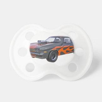 Siebzigerjahre Muskel-Auto mit orange Flamme und Schnuller