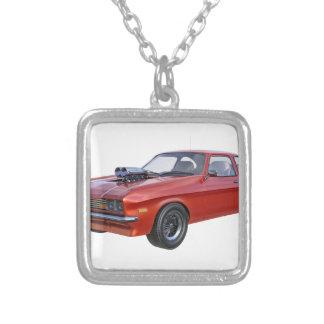 Siebzigerjahre rotes Muskel-Auto Versilberte Kette