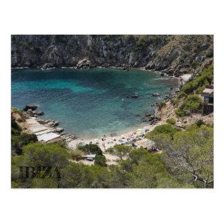 sieht Postkarte eines Strandes in Ibiza
