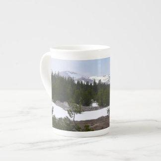 Sierra Nevadaberge und -schnee bei Yosemite Porzellantasse