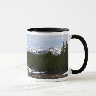 Sierra Nevadaberge und -schnee bei Yosemite Tasse