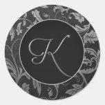 Silber des Monogramm-K und schwarzes Damast-Hochze Runder Sticker