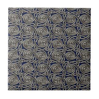 Silber und blaues Celtic-Spiralen-Knoten-Muster Fliese