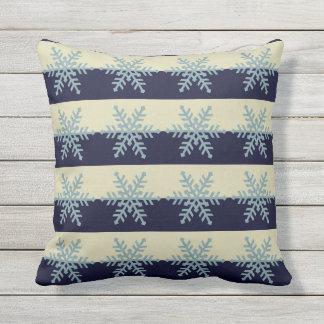 Silberne blaue Schneeflocken auf gestreiftem Kissen