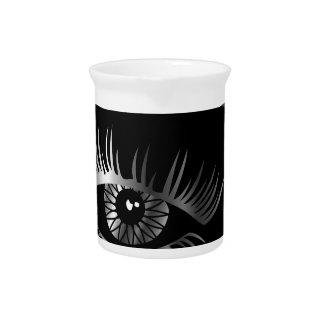 Silbernes Auge mit Augenbraue und Details nach Getränke Pitcher