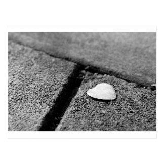 Silbernes Herz auf Bürgersteig Postkarte