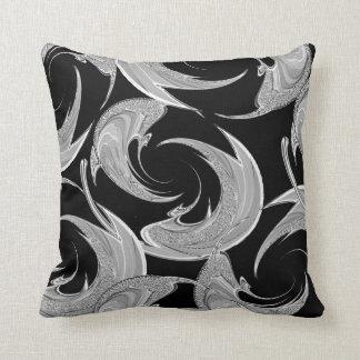 Silbernes Strudel-Muster auf Schwarzem Kissen