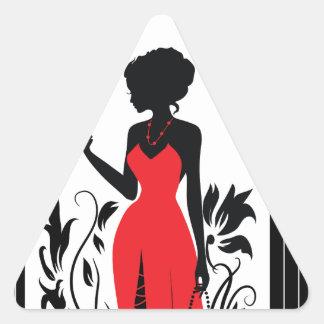 Silhouette der eleganten Frau im roten Kleid mit Dreieckiger Aufkleber