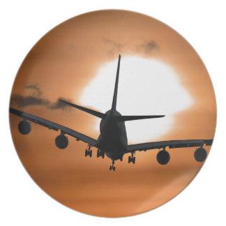Silhouette eines Jet-Passagierflugzeugs im Teller