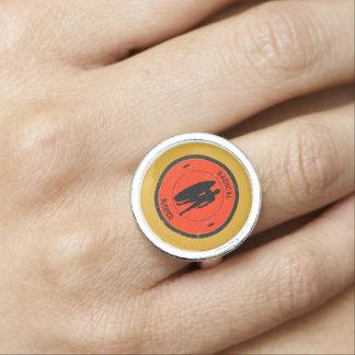 Silhouette eines Surfer und des Surfbrettes Ring