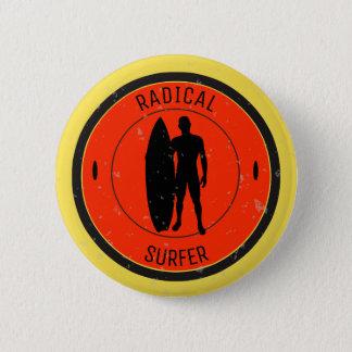 Silhouette eines Surfer und des Surfbrettes Runder Button 5,1 Cm