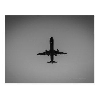 Silhouettierte Flugzeuglandung Postkarte