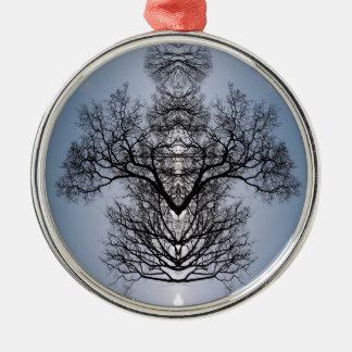 Silhouettiertes Baummuster und blauer Himmel Silbernes Ornament