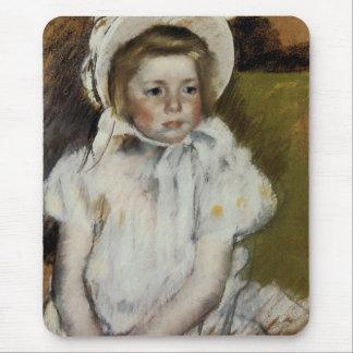 Simone in einer weißen Mütze Mousepad