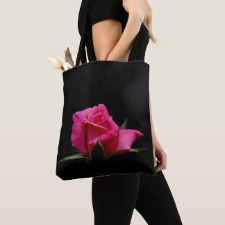 Single-rosa Rosen-Blüte auf Schwarzem Tasche