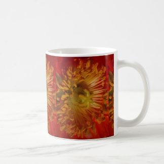 Sinnliches Herz des Blumen-Blütenstaubs beladen: Kaffeetasse
