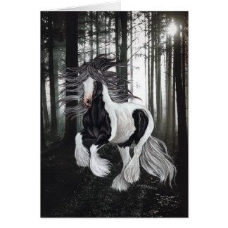Sinti und Roma-Pferd im Wald Karte