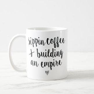 Sippin Kaffee u. Gebäude ein Reich Kaffeetasse