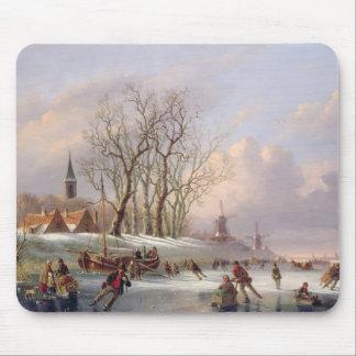 Skater auf einem gefrorenen Fluss vor Windmühlen Mousepad