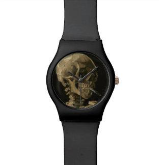 Skeleton Schädel mit brennender Zigarette durch Armbanduhr