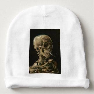 Skeleton Schädel mit brennender Zigarette durch Babymütze