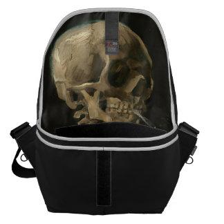 Skeleton Schädel mit brennender Zigarette durch Kurier Tasche