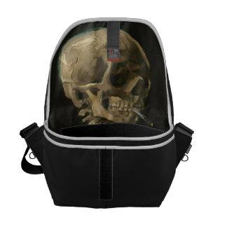 Skeleton Schädel mit brennender Zigarette durch Kurier Taschen