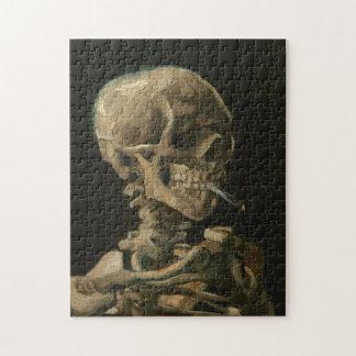 Skeleton Schädel mit brennender Zigarette durch Puzzle