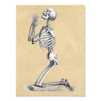 Skelett im Gebet Fotodruck