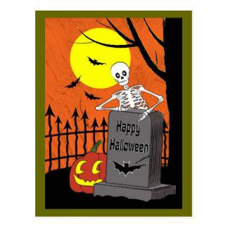 Skelett in einem Friedhof Postkarte