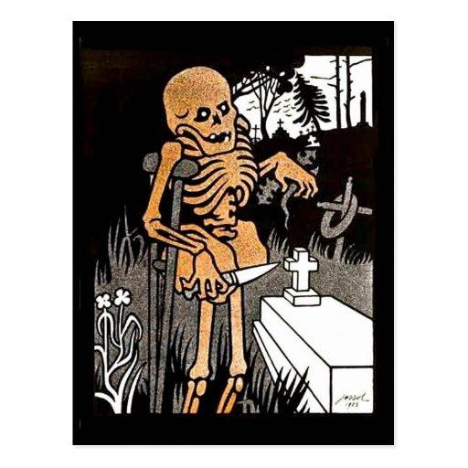 Skelett, welches die ernste Postkarte neigt