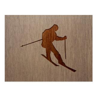 Skifahren-Silhouette graviert auf hölzernem Postkarte