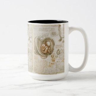Skizze des Fötusses durch Leonardo da Vinci Zweifarbige Tasse