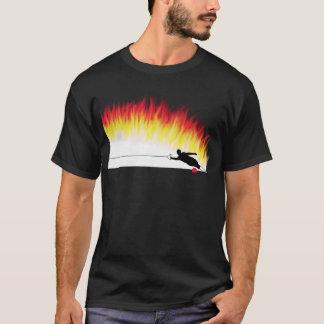 Slalom-WasserSkier mit Flammen-T - Shirt