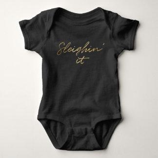 Sleighin es Imitat-Goldfolien-Weihnachtsbaby Baby Strampler