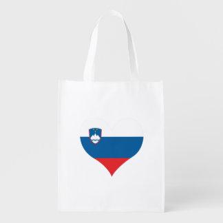 Slovene Flagge auf einem bewölkten Hintergrund