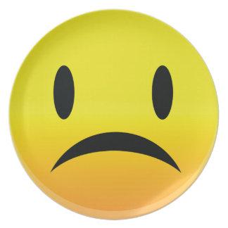 Smilie stellen trauriges gegenüber teller