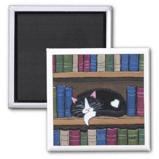 Smokings-Katze, die auf Quadratischer Magnet